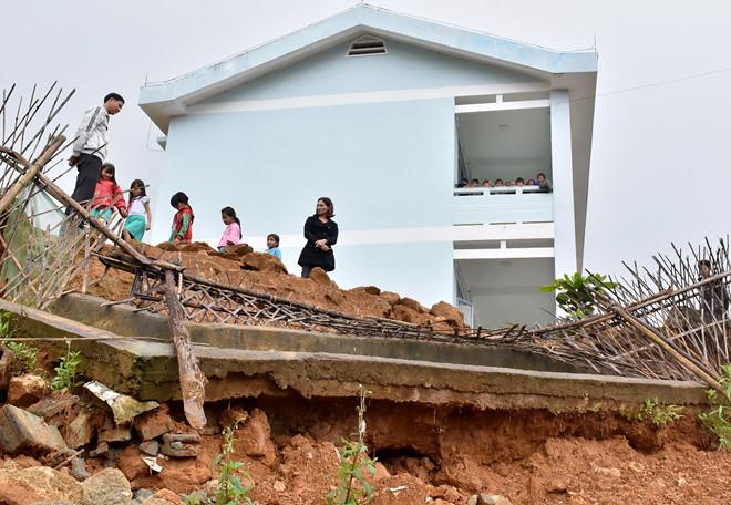 Núi lở ở nhiều nơi gây nguy hiểm cho hàng nghìn giáo viên, học sinh trên đường đến trường vào mùa mưa lũ.