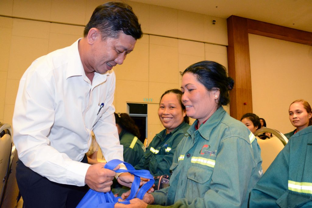 Họp mặt tặng quà nữ công nhân tại công trình xây dựng
